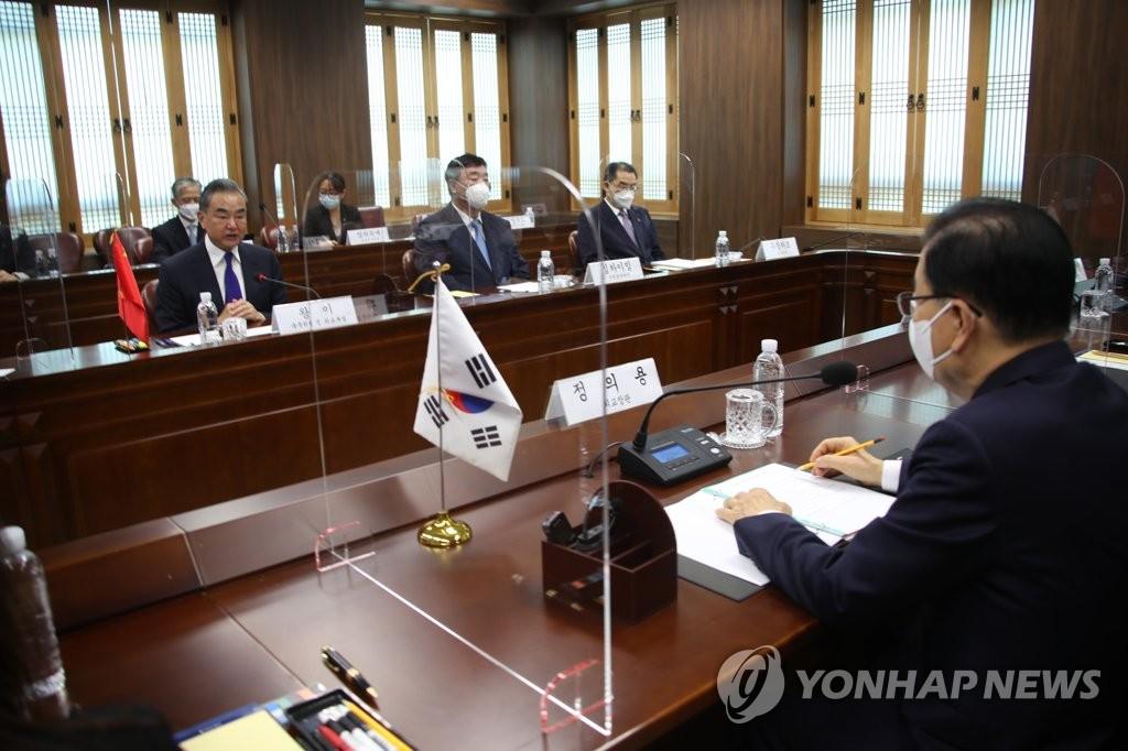 9月15日,在韩国外交部办公楼,韩国外交部长官郑义溶(右)和中国外交部长王毅举行会谈。 韩联社