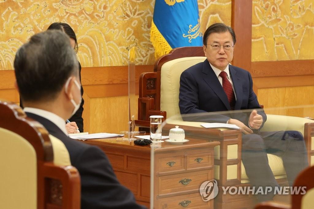 9月15日,在青瓦台,韩国总统文在寅(右)接见中国国务委员兼外交部长王毅。 韩联社