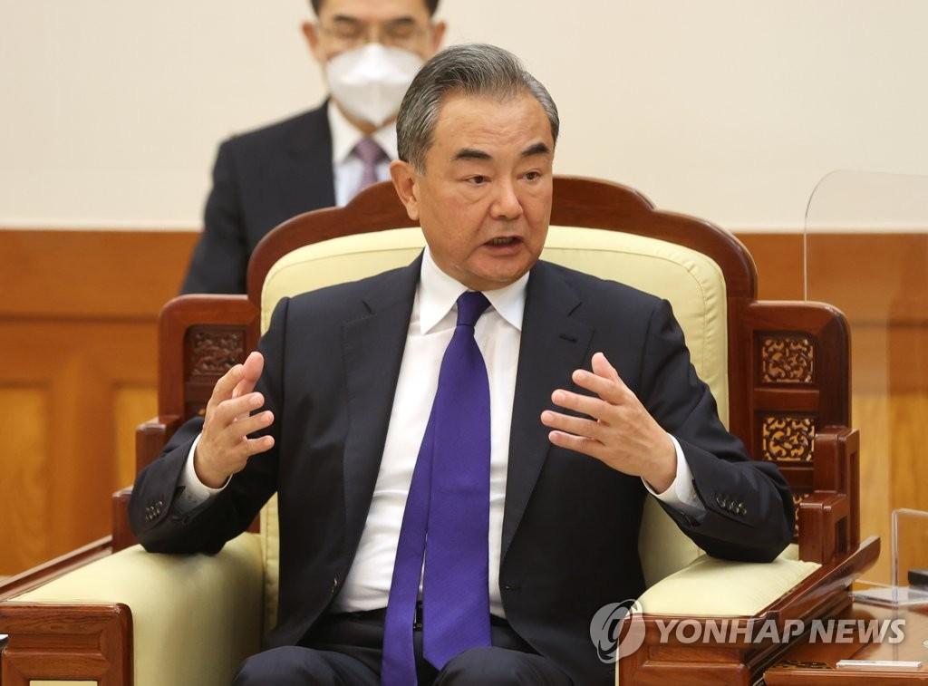 9月15日,在青瓦台,韩国总统文在寅接见中国国务委员兼外交部长王毅。 韩联社