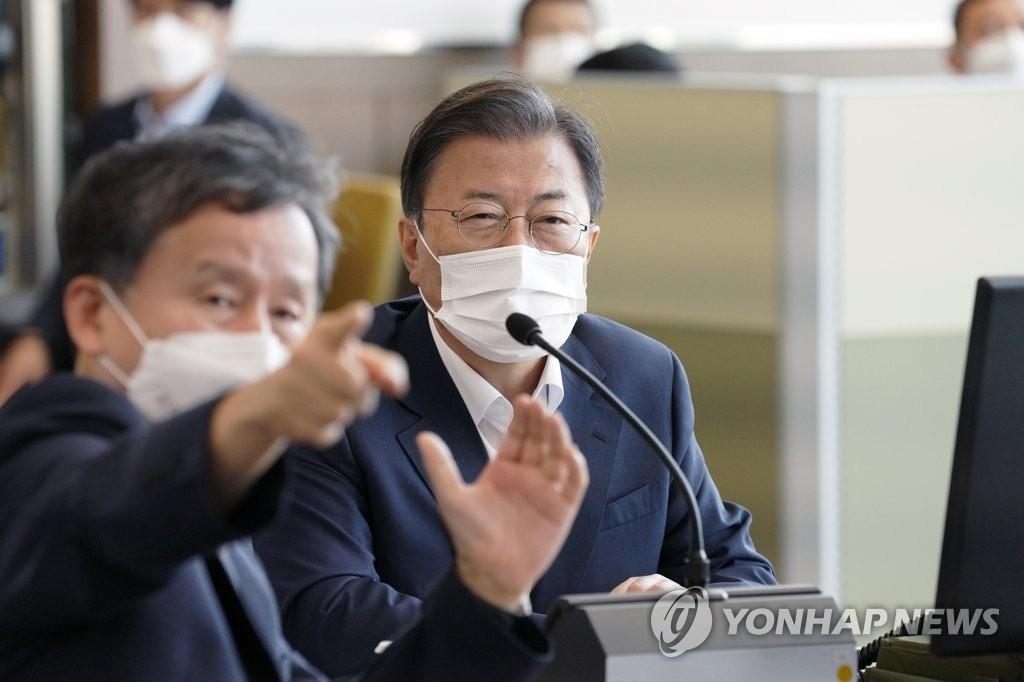 9月15日,在国防科学研究所(ADD)安兴综合试验场,总统文在寅(右)观摩韩军导弹发射试验。 韩联社/青瓦台供图(图片严禁转载复制)