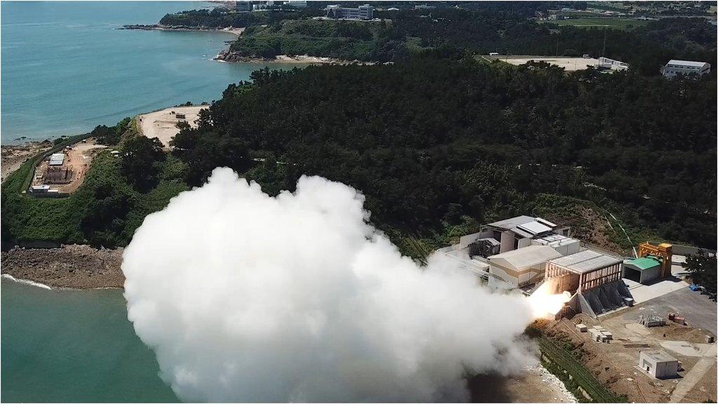 资料图片:9月15日,韩国自主研发的用于运载火箭的固体燃料发动机成功进行点火试验。 韩联社/国防部供图(图片严禁转载复制)