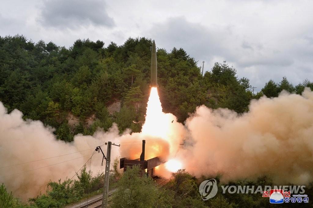 据朝中社9月16日报道,朝鲜铁路机动导弹团前一日进行射击演习,在列车上发射疑似改良伊斯坎德尔的弹道导弹。 韩联社/朝中社(图片仅限韩国国内使用,严禁转载复制)