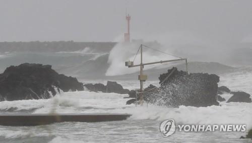 """台风""""灿都""""经过韩济州南部海域"""