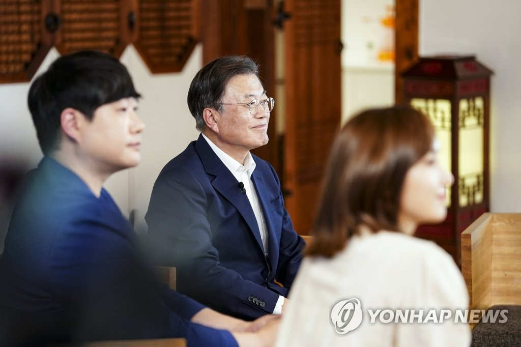 9月14日,在青瓦台,韩国总统文在寅(中)邀请青年代表座谈,纪念第二个青年日。 韩联社/青瓦台供图(图片严禁转载复制)