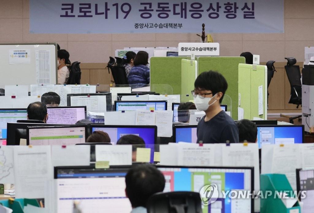 资料图片:中秋期间新冠疫情应对状况室不休假 韩联社