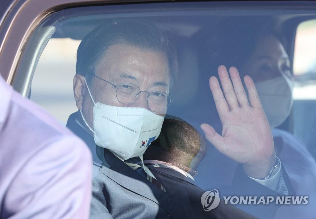 当地时间9月19日,在纽约约翰·肯尼迪国际机场,韩国总统文在寅(左)和夫人金正淑女士搭乘空军一号抵达美国。图为文在寅向前来欢迎的人员招手示意。 韩联社