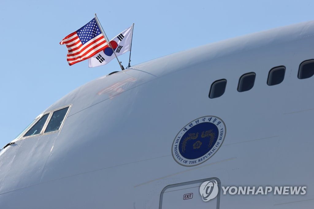 当地时间9月19日,在纽约约翰·肯尼迪国际机场,韩国总统文在寅(左)和夫人金正淑女士搭乘的空军一号抵达美国。 韩联社
