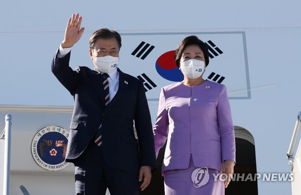 当地时间9月19日,在纽约约翰·肯尼迪国际机场,韩国总统文在寅(左)和夫人金正淑女士搭乘空军一号抵达美国。 韩联社