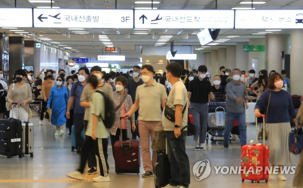 9月20日上午,在济州国际机场国内到达大厅,大批入岛旅客前来旅游过节。 韩联社