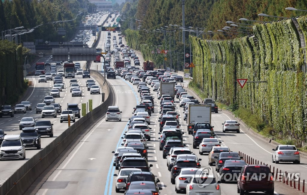 在中秋一天前的9月20日上午,从首尔市瑞草区蚕院收费站遥望京釜高速公路,出京方向返乡车辆拥堵。 韩联社