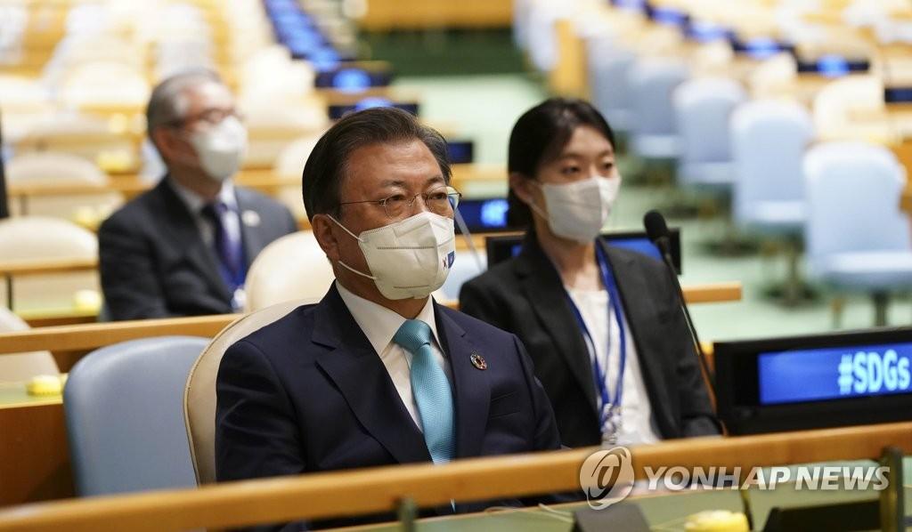 """当地时间9月20日,在纽约联合国总部举行的""""可持续发展目标时刻""""高级别会议上,韩国总统文在寅正在听取防弹少年团(BTS)的演讲。 韩联社"""
