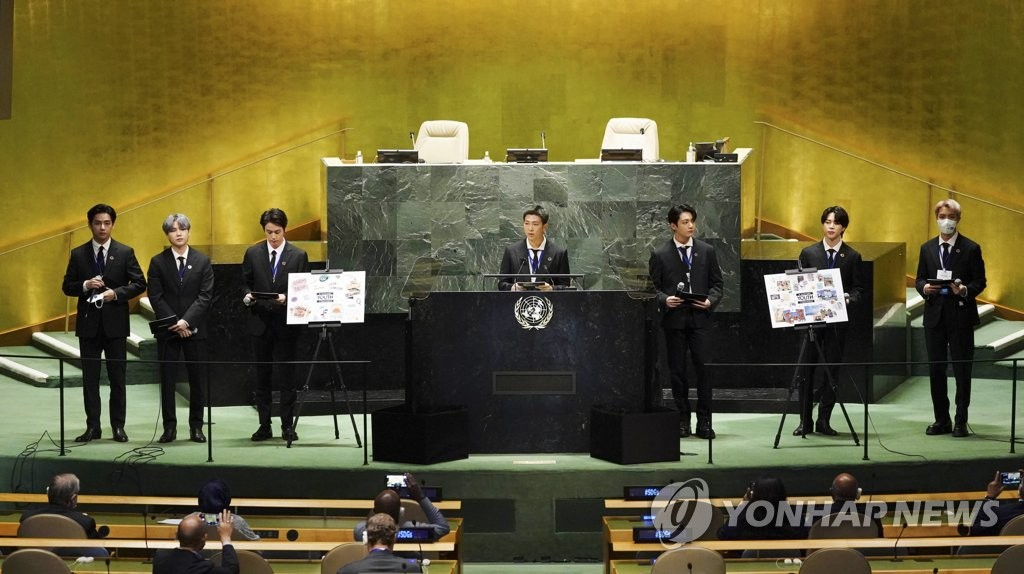 """当地时间9月20日,在纽约联合国总部,韩国男团防弹少年团(BTS)以韩国总统特使和世界青年代表身份受邀出席联合国""""可持续发展目标时刻""""高级别活动。 韩联社"""