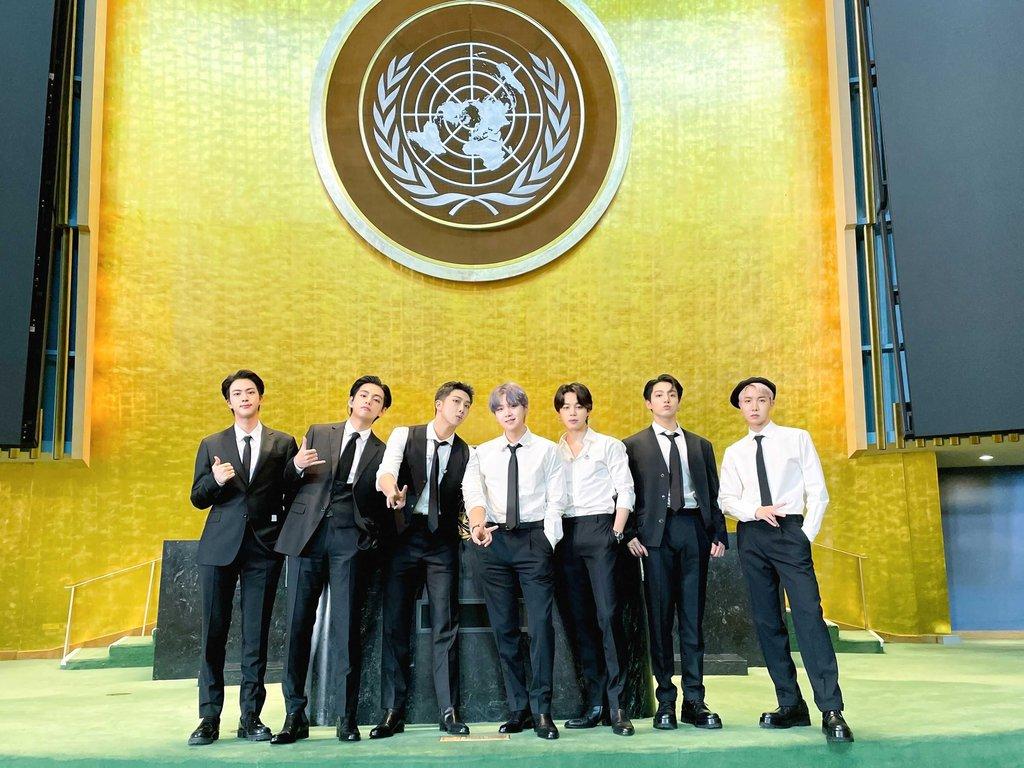 """资料图片:当地时间9月20日,韩国男团防弹少年团(BTS)以韩国总统特使和世界青年代表身份受邀出席在纽约联合国总部举行的""""可持续发展目标时刻""""高级别活动,并公开了提前录制的《Permission to Dance》舞蹈视频。 韩联社/防弹少年团官方推特截图(图片严禁转载复制)"""