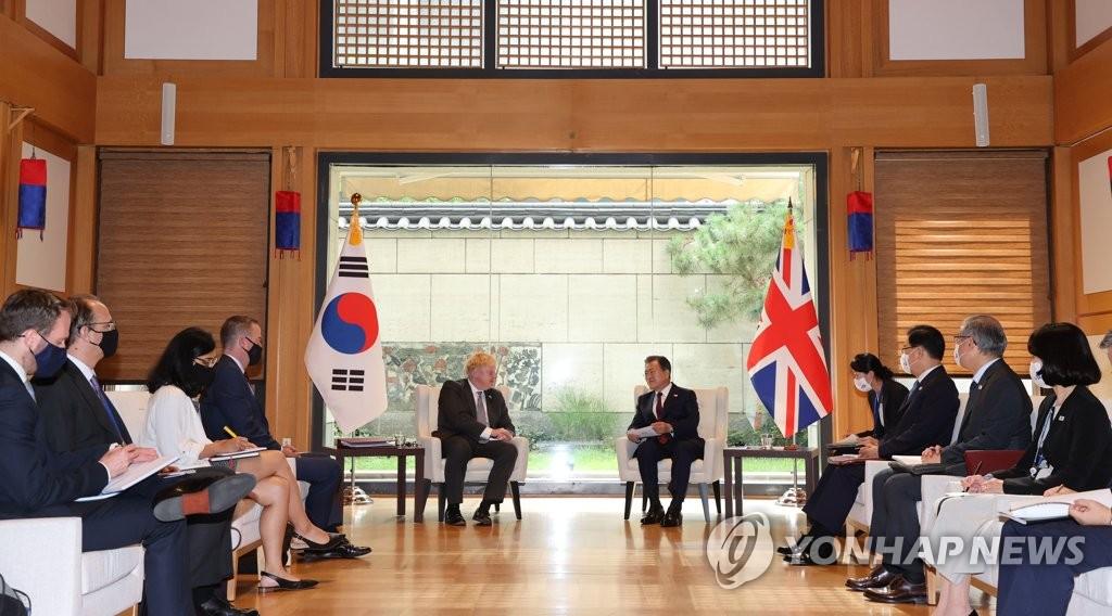 当地时间9月20日,正在美国纽约参加联合国大会的韩国总统文在寅(右五)同英国首相鲍里斯·约翰逊举行会谈。 韩联社