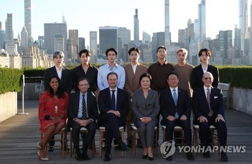 韩国第一夫人与防弹合影