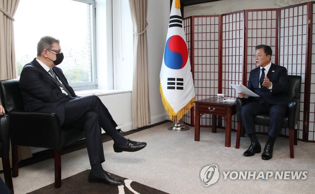 资料图片:当地时间9月21日,在美国纽约,文在寅(右)会见辉瑞首席执行官(CEO)阿尔伯特·伯拉。 韩联社
