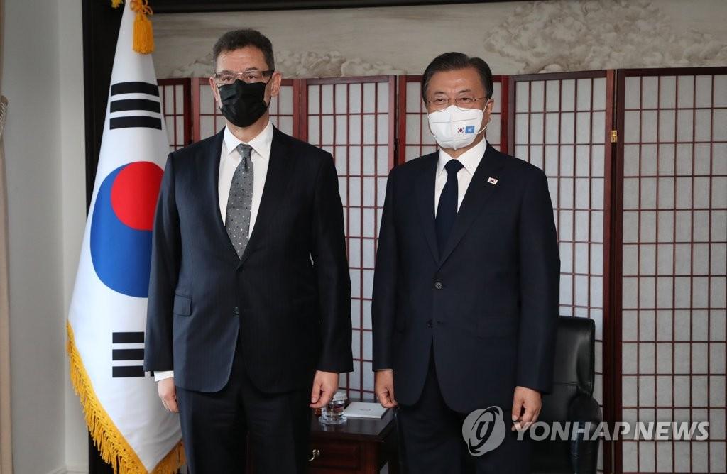 当地时间9月21日,在美国纽约,韩国总统文在寅(右)会见辉瑞首席执行官(CEO)阿尔伯特·伯拉。 韩联社