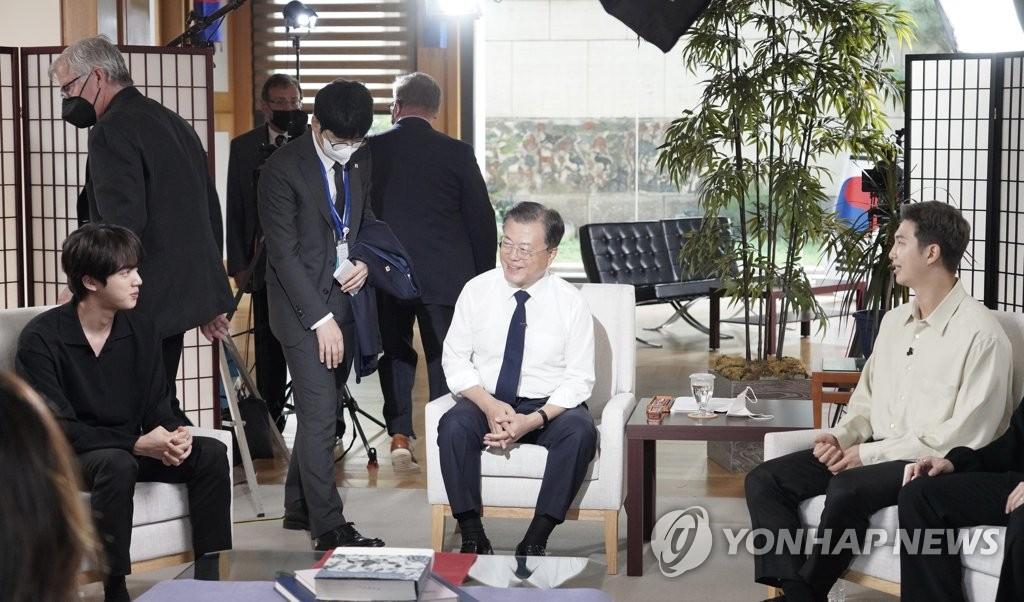 当地时间9月21日,防弹少年团和总统文在寅(中)一起接受美国ABC采访。 韩联社