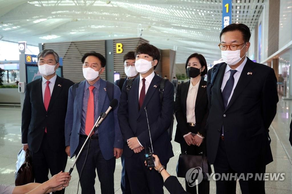 9月22日,在仁川国际机场,国民力量党首李俊锡(右三)在启程赴美前接受媒体采访。 韩联社