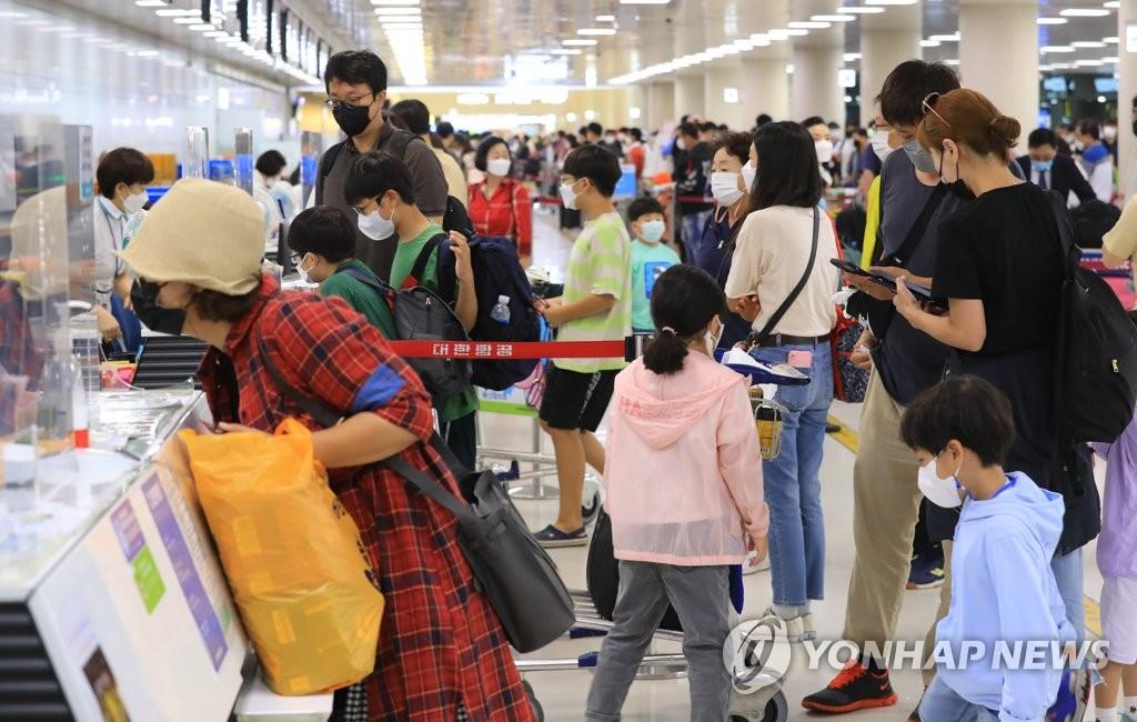 济州机场迎返程客流高峰