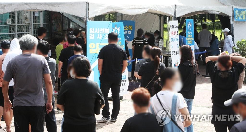 9月22日上午,在京畿道龙仁市岭东高速公路龙仁服务区,中秋返程人员在核酸检测点排队待检。 韩联社