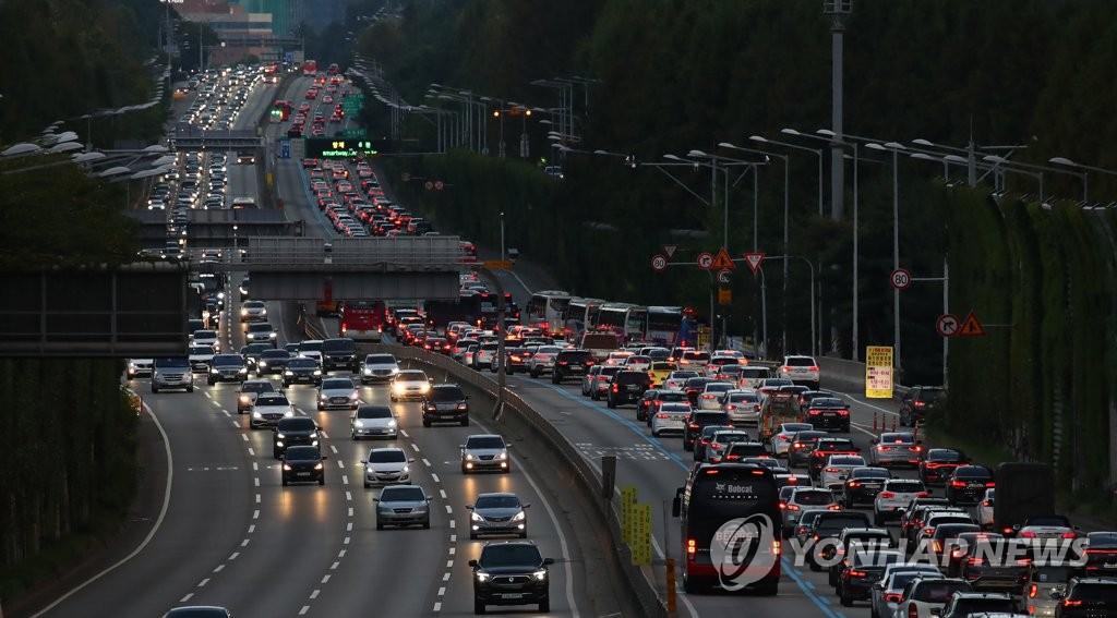 资料图片:9月22日,从首尔市瑞草区蚕院收费站遥望京釜高速公路,出京方向返乡车辆拥堵。 韩联社