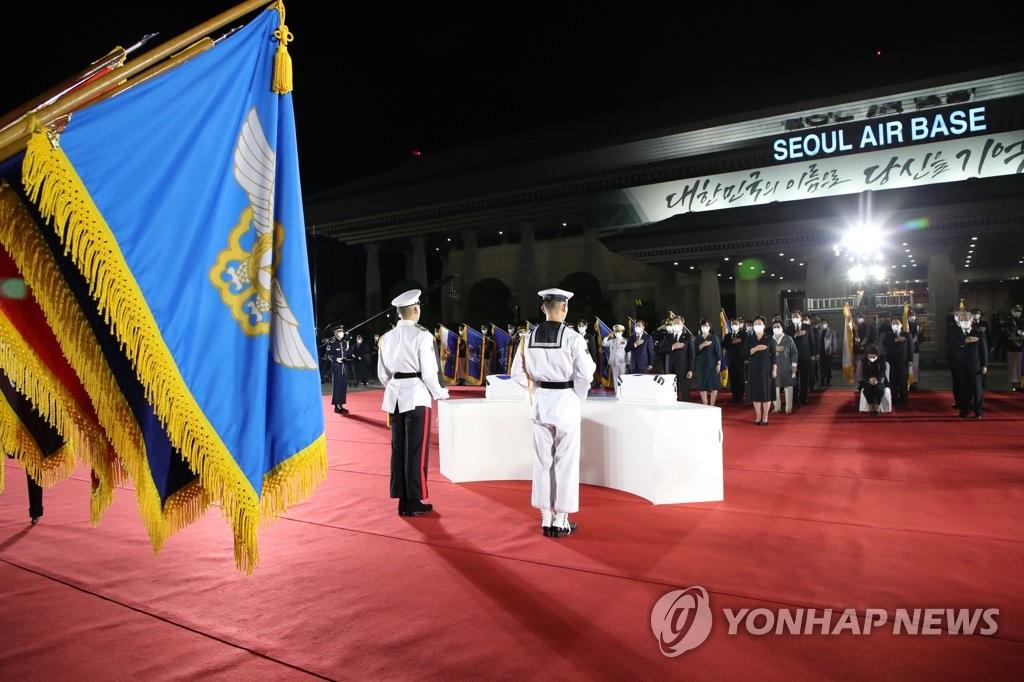 9月23日,在首尔机场,68具韩战韩军烈士遗骸从美国夏威夷回到祖国。 韩联社