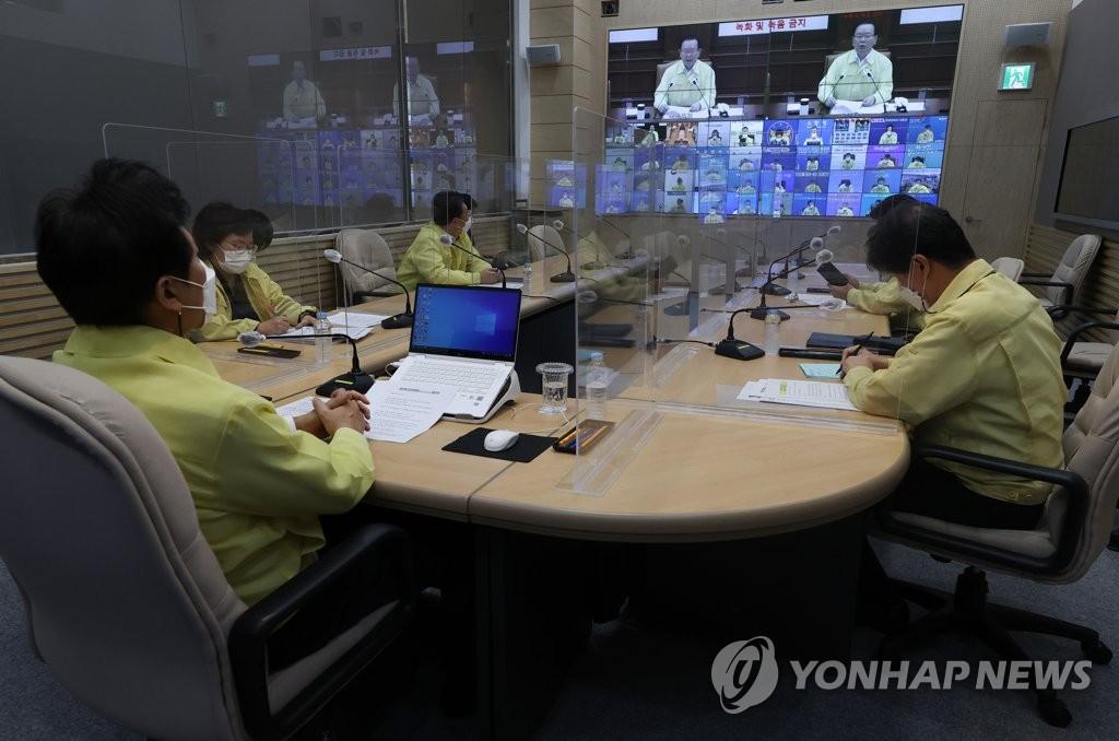 9月24日上午,应对新冠疫情中央灾难安全对策本部会议在首尔市政厅召开,国务总理金富谦通过视频连线发言。 韩联社