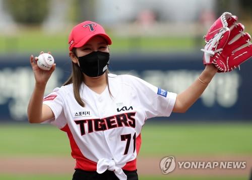 歌手宋佳人为职棒开球
