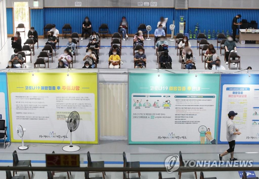 资料图片:9月27日,在设于首尔麻浦区的新冠疫苗接种中心,市民们接种疫苗。 韩联社