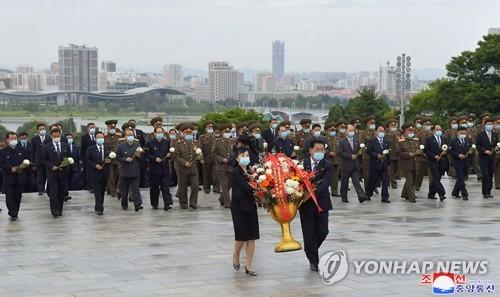 朝鲜最高人民会议代议员献花