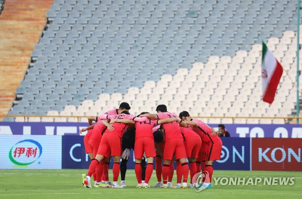 10月12日,在伊朗德黑兰阿扎迪球场,2022卡塔尔世界杯亚洲区预选赛第三阶段(12强赛)A组第4轮韩国客场对战伊朗的比赛即将开始。图为选手们聚在一起加油鼓劲。 韩联社