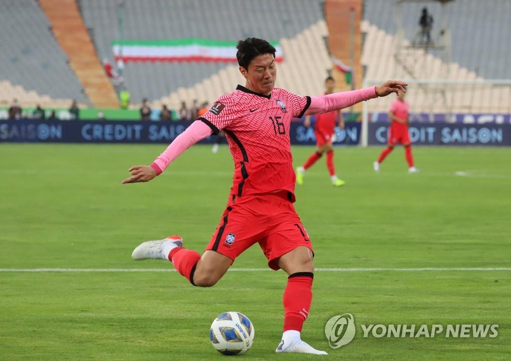 10月12日,在伊朗德黑兰阿扎迪球场,黄义助在世预赛A组第4轮韩国客场对战伊朗的比赛上抬脚射门。 韩联社
