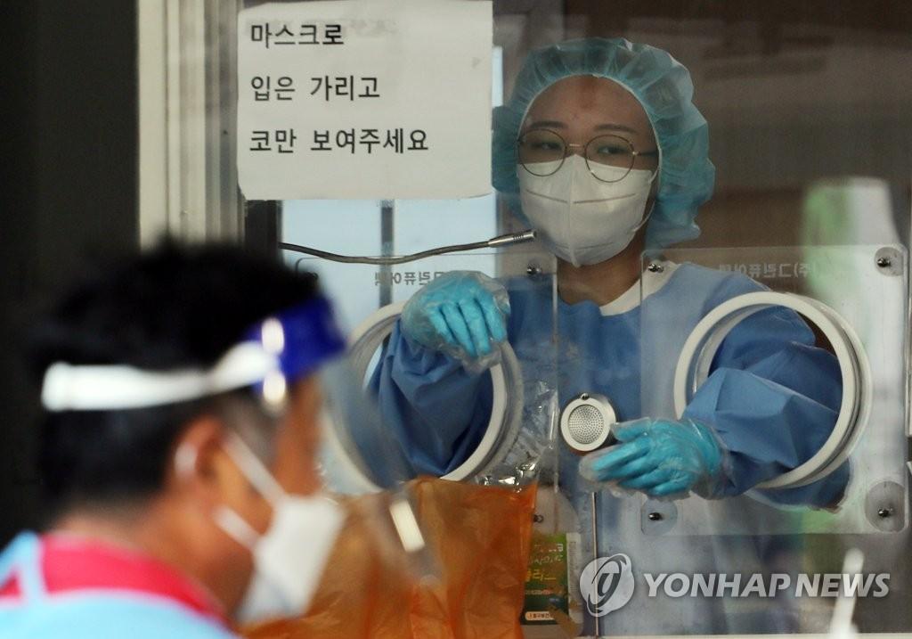 资料图片:新冠核酸检测采样 韩联社