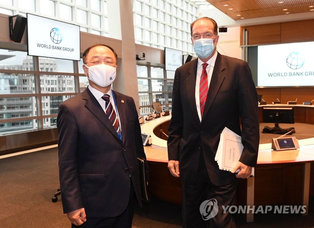 当地时间10月12日,正在华盛顿访问的韩国副总理兼企划财政部长官洪楠基(左)会见世界银行总裁戴维·马尔帕斯。 韩联社/企划财政部供图(图片严禁转载复制)