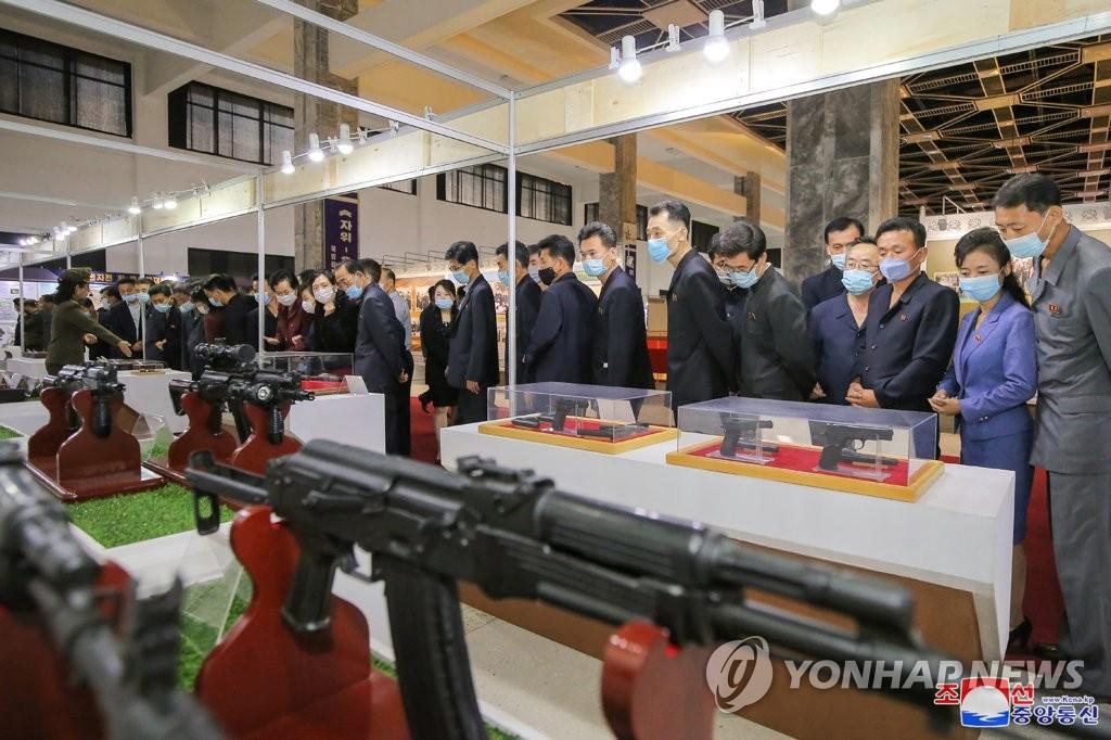 朝鲜国防展访客络绎不绝