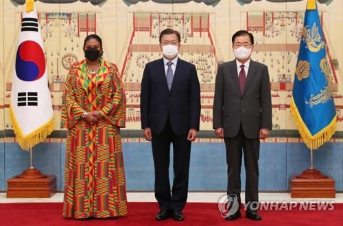 文在寅与加纳驻韩大使合影