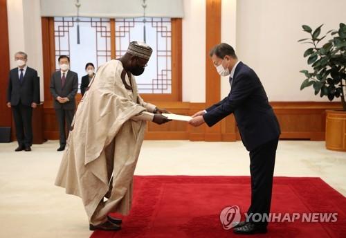 文在寅接受尼日利亚大使国书