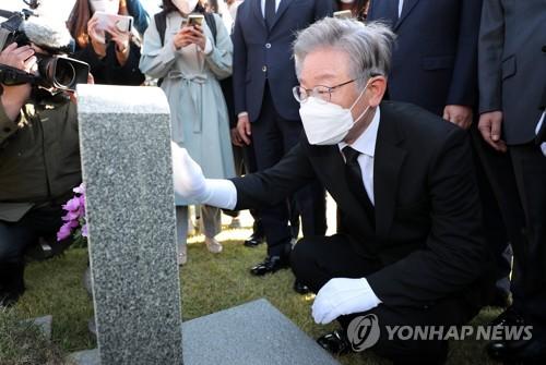 李在明参谒烈士陵园
