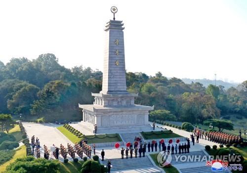 朝鲜向朝中友谊塔献花