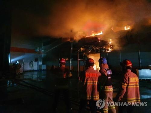 韩东部一食品厂起火