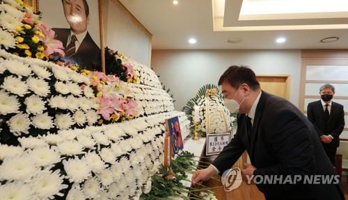 中国驻韩大使吊唁卢泰愚
